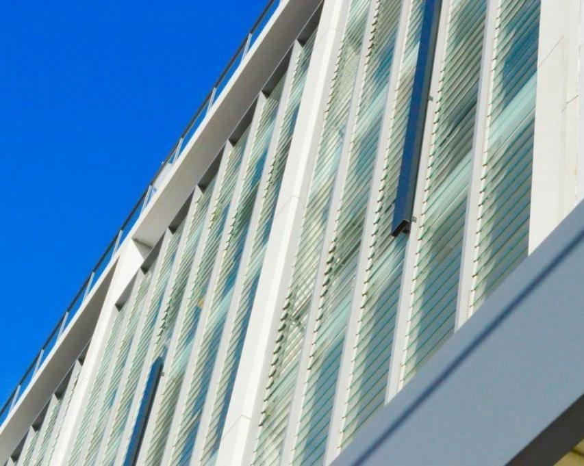 автоматизированные окна со стеклянными створками-ламелями
